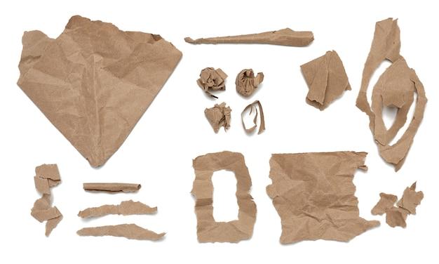 Podarte różne paski, kształty pogniecionego brązowego papieru pakowego