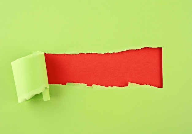 Podarty papier kolorowy, dziura w kartce papieru