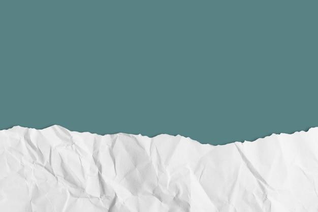 Podarty papier na pastelowym tle ze ścieżką przycinającą. skopiuj miejsce.