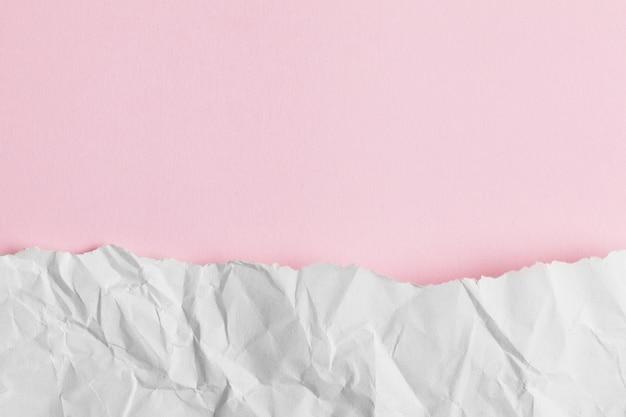 Podarty papier pastelowy róż.
