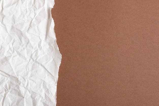 Podarty papier w kolorze brązowym.