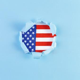 Podarty papier wypełniony flagą stanów zjednoczonych w kolorze czerwonym, białym i niebieskim