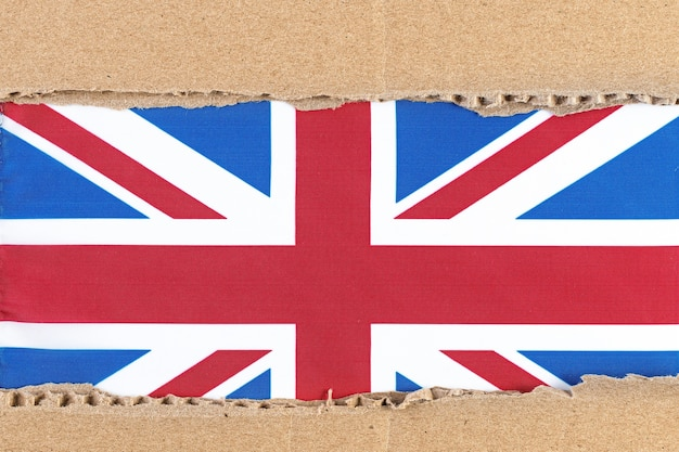 Podarty papier z flagą wielkiej brytanii