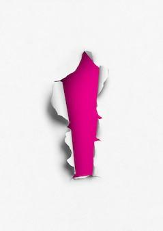 Podarty papier z różową dziurką. pusty szablon tła
