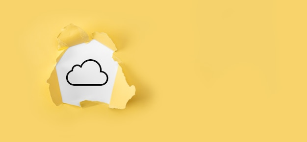 Podarty papier żółty z ikoną chmury na białym tle. koncepcja przetwarzania w chmurze - podłączanie urządzeń do chmury. koncepcja usługi w chmurze. sieć komputerowa i połączenie danych ikona miejsca kopiowania