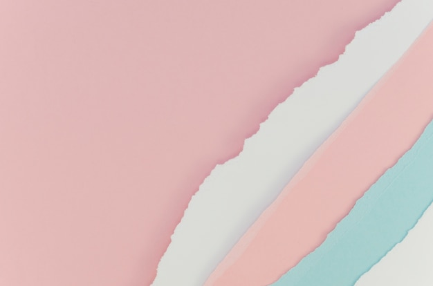 Podarty różowy i pastelowy niebieski papier