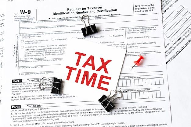 Podatek napisany na białej naklejce z spinaczem do formularza podatkowego