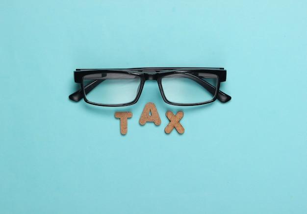 Podatek słowo i okulary na niebiesko