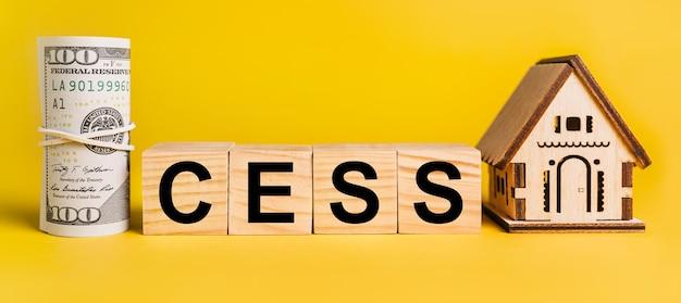 Podatek z miniaturowym modelem domu i pieniędzmi na żółtym tle. pojęcie biznesu, finansów, kredytu, podatków, nieruchomości, domu, mieszkania