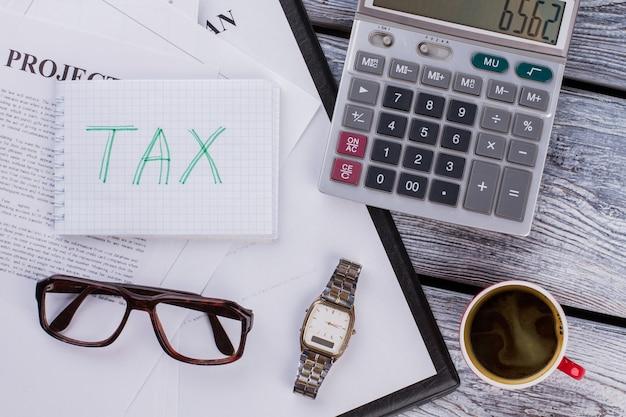 Podatki i koncepcja rocznego planu biznesowego. wypełnianie deklaracji podatkowej. płaski widok z góry.