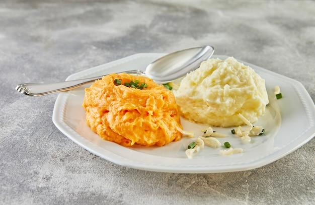 Podawać z dwukolorowymi puree ziemniaczanym i batatami