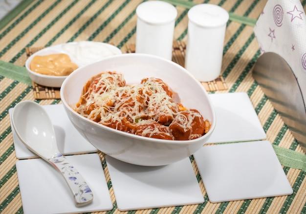 Podawany na talerzu z sosem sojowym i szczypiorkiem