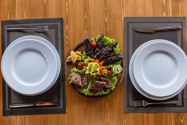 Podawany stół dla dwojga, smażone warzywa i tytoń z kurczaka
