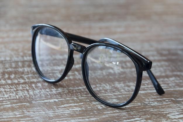 Podbite oko okulary na starym stole drewna