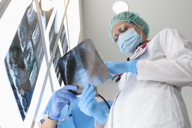Podczas dyskusji lekarze badają zdjęcie rentgenowskie