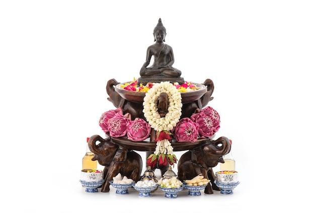Podczas festiwalu songkran kąpią się lub polewają wodą obrazy buddy tajską, pachnącą wodą.