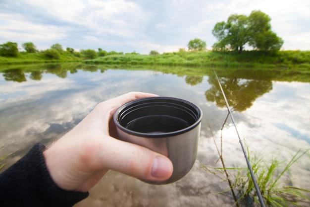 Podczas łowienia rybak będzie pił herbatę z termosu