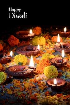 Podczas obchodów diwali zapalono gliniane lampy diya. greetings card design indyjski hinduski festiwal światła zwany diwali