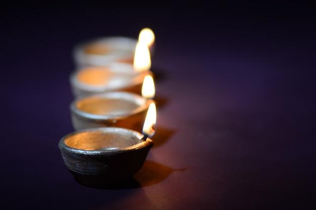 Podczas obchodów diwali zapalono kolorowe gliniane lampki diya. greetings card design indyjski hinduski festiwal światła zwany diwali.