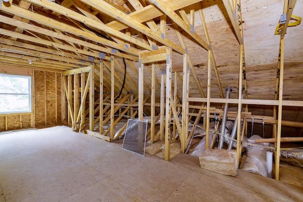 Poddasze domu w budowie wnętrze w ramach ściany ściany belka zbudowana w budowie domu