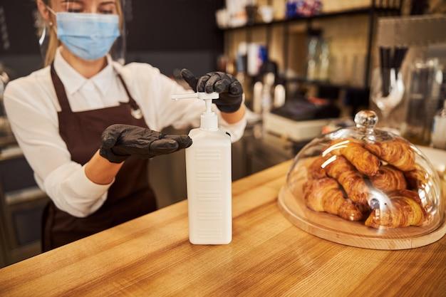 Podejmowanie działań zapobiegawczych w kawiarni podczas pandemii