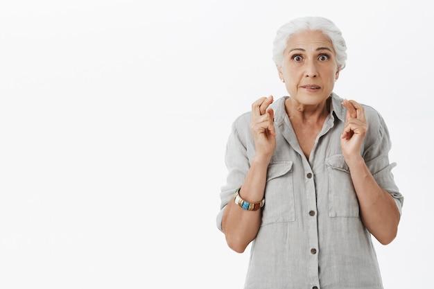 Podekscytowana babcia z nadzieją i kciuki, powodzenia, nadziei na spełnienie