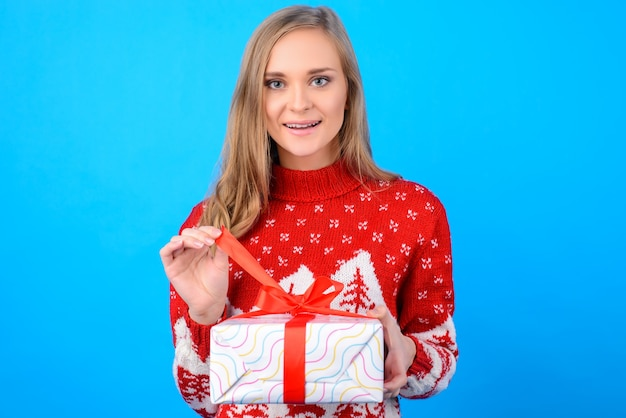 Podekscytowana dziewczyna otwiera pudełko