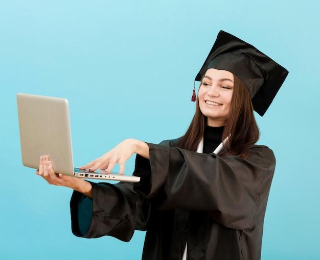 Podekscytowana dziewczyna trzyma laptopa