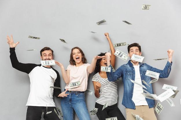 Podekscytowana grupa przyjaciół z powodu pieniędzy.