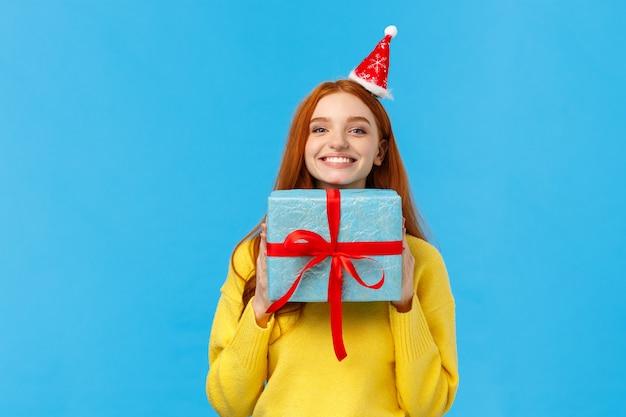 Podekscytowana i szczęśliwa śliczna ruda dziewczyna lubi świętować boże narodzenie