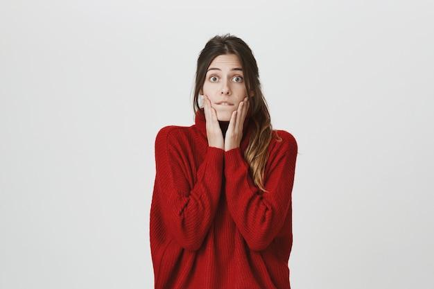 Podekscytowana i zdziwiona młoda kobieta słyszy ciekawe wieści
