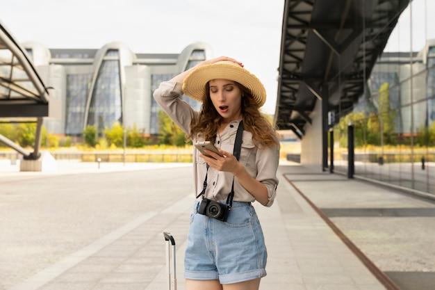 Podekscytowana kobieta jedzie na wakacje