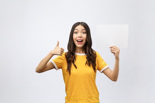 Podekscytowana kobieta kciuki z pustym znakiem plakatu