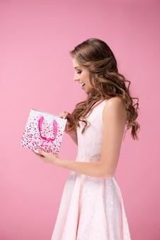 Podekscytowana kobieta otwierająca prezent