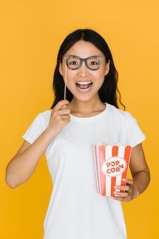 Podekscytowana kobieta próbuje na fałszywych okularach