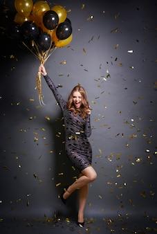 Podekscytowana kobieta tańczy na imprezie