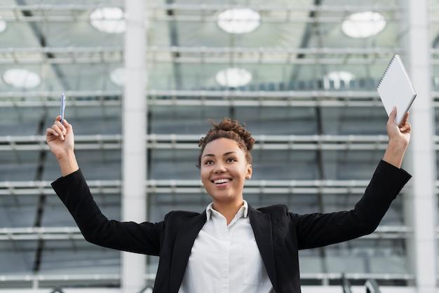 Podekscytowana kobieta z podniesionymi rękami