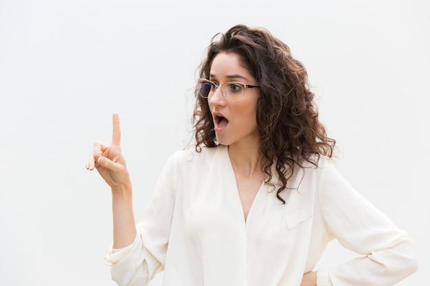Podekscytowana kobieta zaskoczony w okularach z otwartymi ustami
