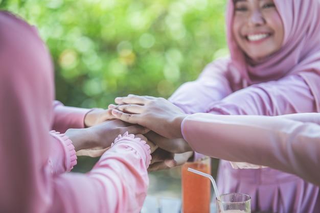 Podekscytowana koleżanka łącząc ręce