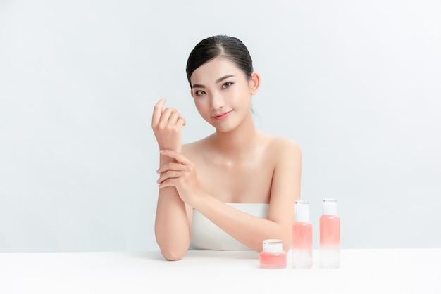 Podekscytowana młoda kobieta celling kosmetyki w internecie