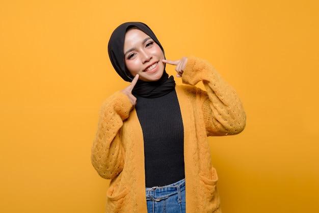 Podekscytowana młoda kobieta ubrana w hidżab