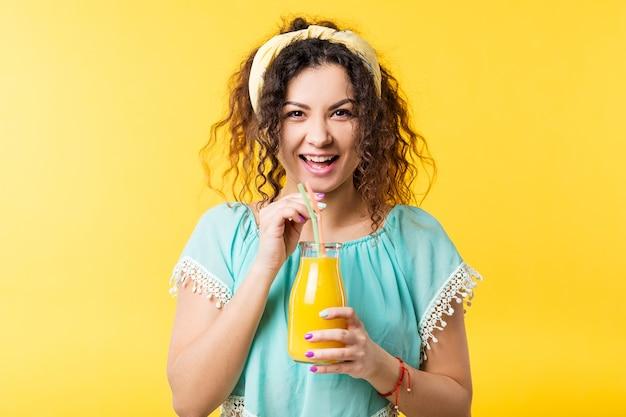 Podekscytowana młoda kobieta z słomianą butelką świeżego soku. zdrowe odżywianie styl życia organiczny napój oczyszczający koktajl owocowy detox
