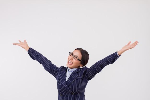 Podekscytowana, odnosząca sukcesy kobieta biznesu patrząca w górę