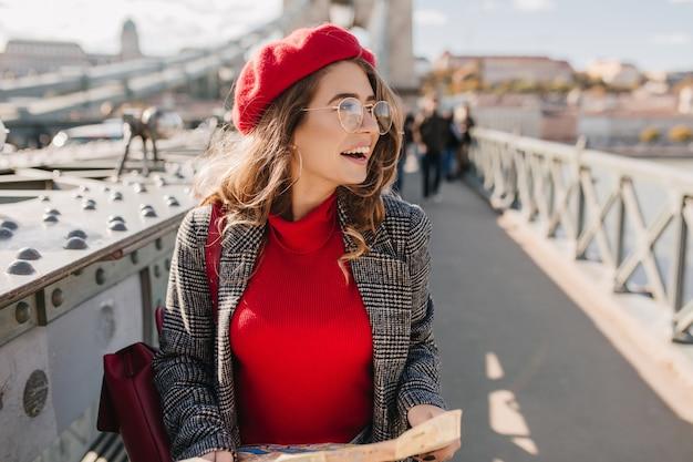 Podekscytowana pani odwiedziła stare europejskie miasto w jesienny weekend