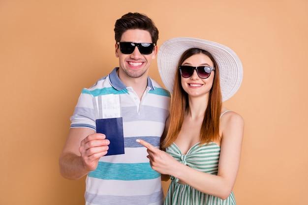 Podekscytowana para podróżująca w okularach przeciwsłonecznych ciesz się letnimi wakacjami