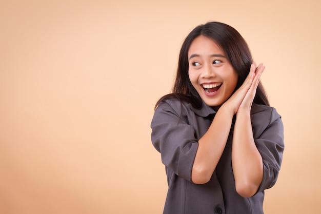 Podekscytowana szczęśliwa azjatycka biznesowa kobieta