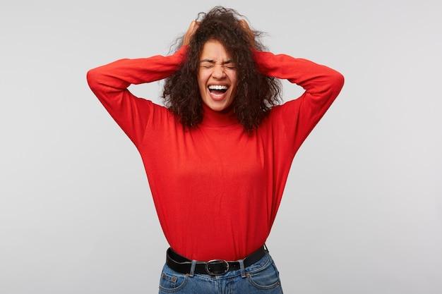 Podekscytowana szczęśliwa kobieta kobieta zamknęła oczy z przyjemności