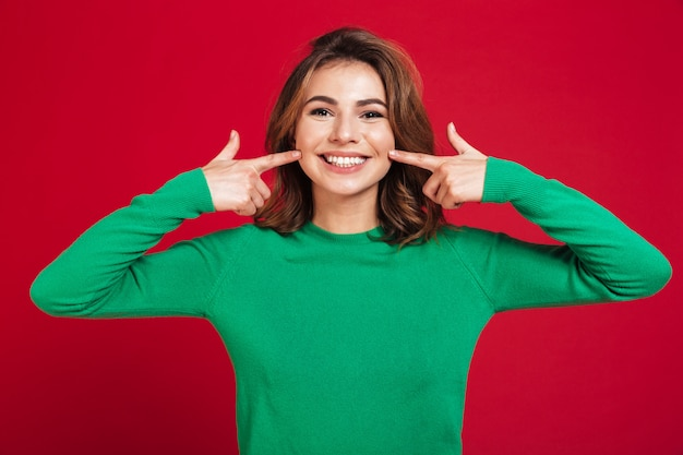 Podekscytowana szczęśliwa młoda ładna kobieta