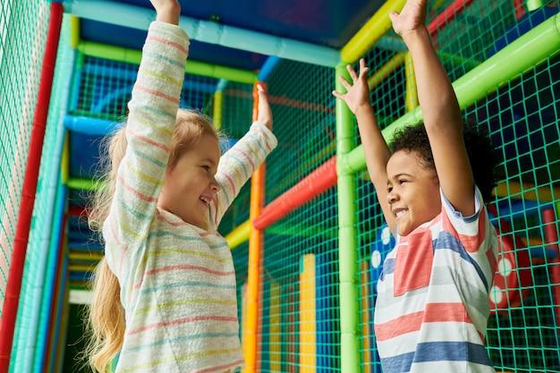 Podekscytowane dzieci w strefie zabaw