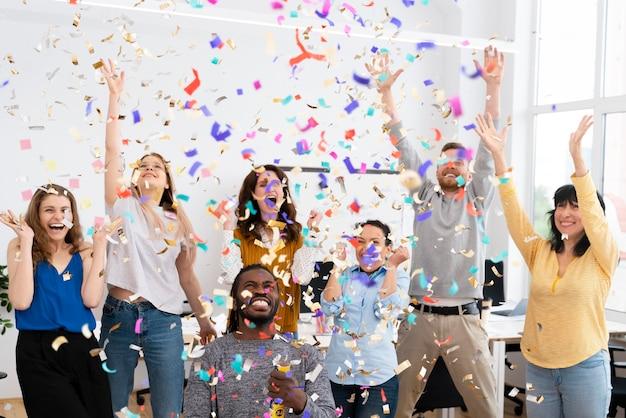 Podekscytowani ludzie świętujący konfetti